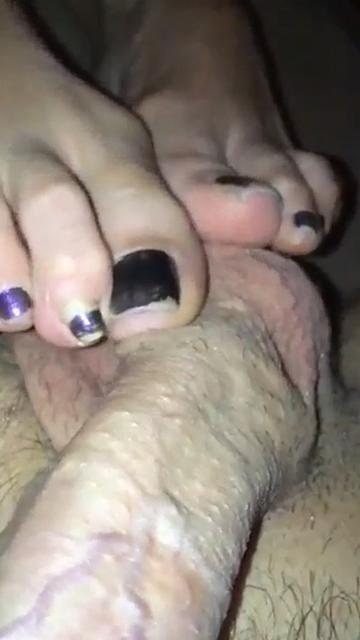 Huisvrouw masseert de ballen van haar man met haar voeten!